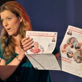 Die neue nr-Vorsitzende Julia Stein mit dem nestbeschmutzer-Doppelpack / Foto: Wulf Rohwedder