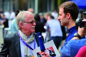 Gefragter Gesprächspartenr: der glühende BVB-Fan und Ehrenleuchtturm-Preisträger Hans Leyendecker. / Foto: Rohwedder