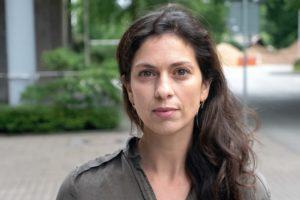 """Nadia Kailouli ist freie Reporterin für den NDR und Autorin beim Reportageformat """"strg_f"""". 2019 war sie mit an Bord der Sea-Watch 3 und hat Carola Rackete auf ihrer dreiwöchigen Odyssee über das Mittelmeer begleitet. Für ihren Dokumentarfilm """"SeaWatch3"""" ist sie dieses Jahr mit dem Grimme-Preis ausgezeichnet worden. // Foto: RBB/NDR/Privat"""