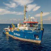 DIE ODYSSEE DER SEA-WATCH 3: Am 12. Juni 2019 rettet die Sea-Watch 3 vor der libyschen Küste 53 Migranten in Seenot. Kapitänin Carola Rackete nimmt Kurs auf die italienische Insel Lampedusa, anstatt einen 47 Seemeilen entfernten libyschen Hafen anzusteuern. Laut inter-nationalem Seerecht müssen Gerettete an einen sicheren Ort gebracht werden. Ra-ckete entscheidet: Libyen ist für die Schiffbrüchigen nicht sicher. Bis Lampe-dusa sind es über 250 Seemeilen. Die ita-lienischen Behörden verhängen eine Ha-fensperrung und fordern Rackete mehr-fach auf, ihren Kurs zu ändern. Nach 21 Tagen auf See läuft die Sea-Watch 3 trotz Verbot in den Hafen von Lampedusa ein und rammt dabei ein Schnellboot der ita-lienischen Küstenwache. Noch im Hafen wird Rackete festgenommen und unter Hausarrest gestellt. Die Vorwürfe: Beihilfe zur illegalen Einwanderung und Wider-stand gegen ein Kriegsschiff. Am 18. Juli 2019 stellt sich Rackete rund vier Stunden den Fragen der Staatsanwaltschaft und wird anschließend ohne Auflagen freige-lassen. // Foto: Jon Stone/Sea-Watch.org