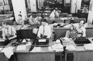 Großraumbüros sind keine Erfindung aus dem Newsroom-Zeitalter. Redaktionen unterliegen stetem Wandel. Ein Glück! Sonst sähe der Journalismus heute noch aus wie im Jahr 1942: rein männlich und mit fragwürdigem Krawattengeschmack. Foto: Marjory Collins/United States Farm Security Administration