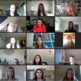 """Anja Reschke wird im digitalen Klassenzimmer deutlich: """"Gott sei Dank werde ich gar nicht zensiert."""" Fotos: Screenshots Journalismus macht Schule/TideTV/YouTube"""
