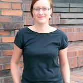 Die Analystin Christina Elmer, geboren 1983, arbeitet im Wissenschaftsressort von Spiegel Online und betreut Workshops in Ausbildungsprogrammen und Redaktionen als Recherche-Trainerin. Zuvor gehörte sie zum Team Investigative Recherche des Stern und arbeitete bei der Deutschen Presse-Agentur als Redakteurin für Infografiken. Nach einem Studium der Journalistik und Biologie an der TU Dortmund volontierte Christina Elmer beim Westdeutschen Rundfunk. Außerdem arbeitete sie als Freie Autorin für Wissenschaftsthemen.