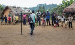 Für VR-Produktionen reisen Journalist*innen oft an abgeschiedene Orte. Hier dreht die Foto- und Videojournalistin Julia Leeb im Kongo.
