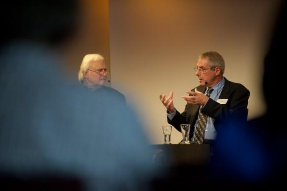Was am US-Medienwandel trifft auch auf uns zu? Die US-Medienexperten Hans Kleinsteuber und Stephan Ruß-Mohl (nicht im Bild) diskutieren mit Mike Hoyt.