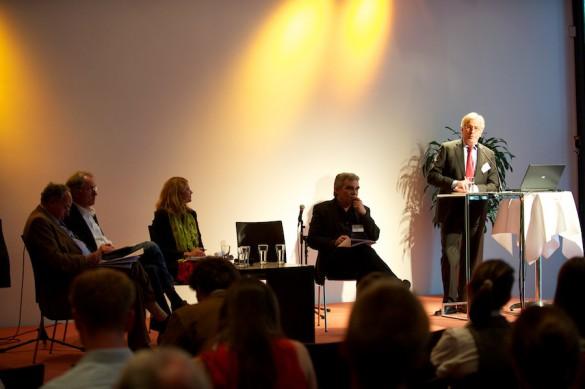 Medienjournalisten: Sind sie auch in Zukunft noch die Watchdogs der eigenen Branche? Hans Werner Kilz, Chefredakteur der »Süddeutschen«, setzt die Impulse für die folgende Diskussion …