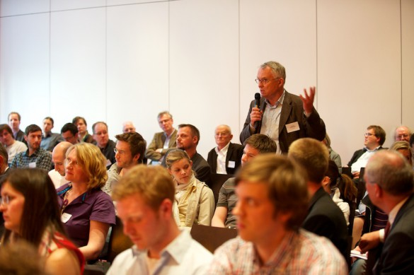 … und feuert die Fachleute im Publikum – hier Horst Pöttker von der TU Dortmund – an: Medienjournalismus ist mehr denn je ein unverzichtbares Instrument der medialen Selbstaufklärung …